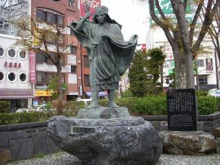 東口にある像