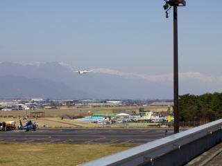 松本空港から離陸する飛行機