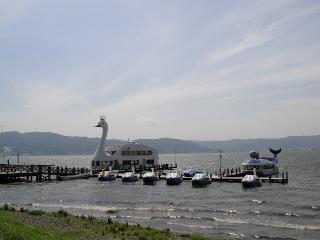 諏訪湖に浮かぶはくちょう丸