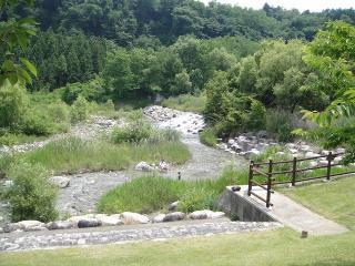 公園の通り横には与田切川が流れいます