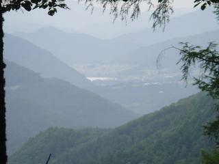 遠くに美和湖が見えます