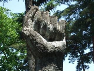 豊科近代美術館 拳の彫刻