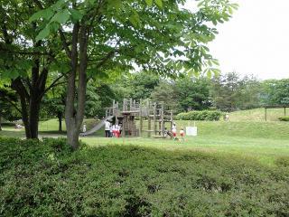 緑ヶ丘公園 アスレチックで遊ぶ子供達