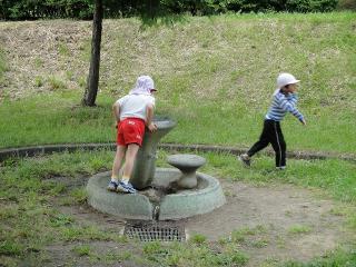 緑ヶ丘公園 水を飲む子供