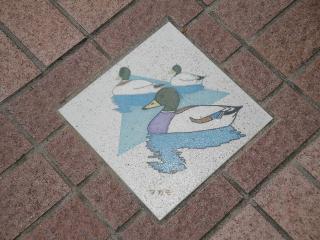 釜口水門の上、歩道にあるマガモの飾り