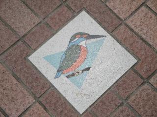 釜口水門の上、歩道にあるカワセミの飾り