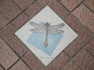 釜口水門の上、歩道にあるウチダヤンマの飾り