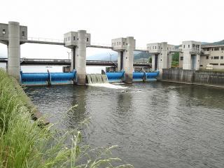 釜口水門を天竜川側より
