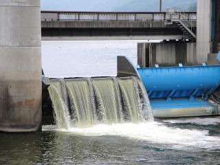 釜口水門の放水口アップ