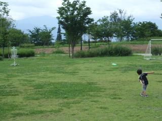ディスクゴルフする少年