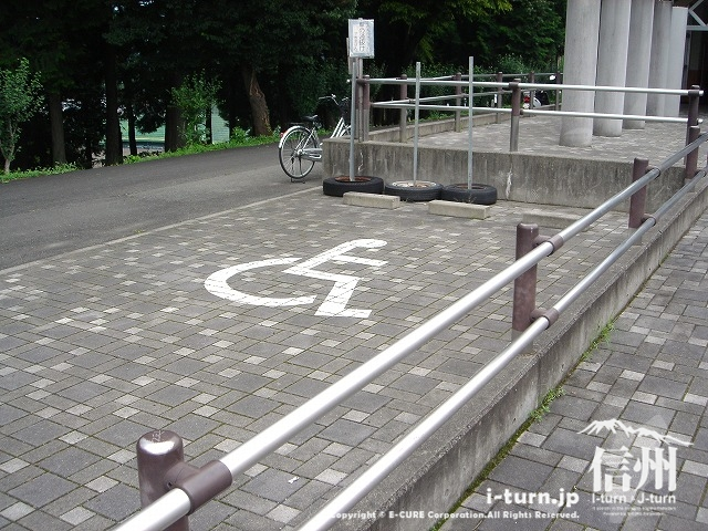 身障者用の駐車場は入口の前にあります。