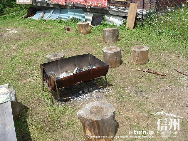 雷鳥荘の前には、ドラム缶炭火コンロ
