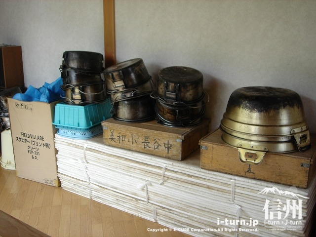 雷鳥荘にある美和小・長谷中など地元の学校名が並ぶ調理セットたち