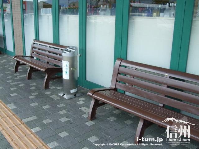 ツルヤの前のベンチ
