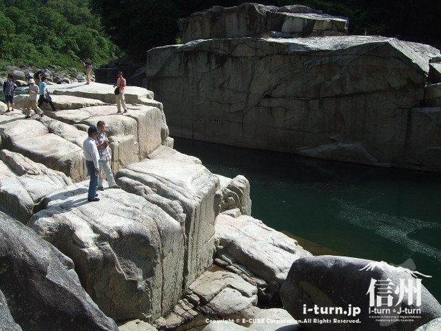 ものすごい大きな岩