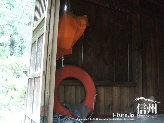 浦島堂の中に浮き輪と救命着