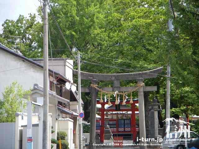深志神社の鳥居を道路から