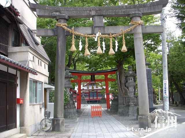 深志神社の鳥居を2つ並べて