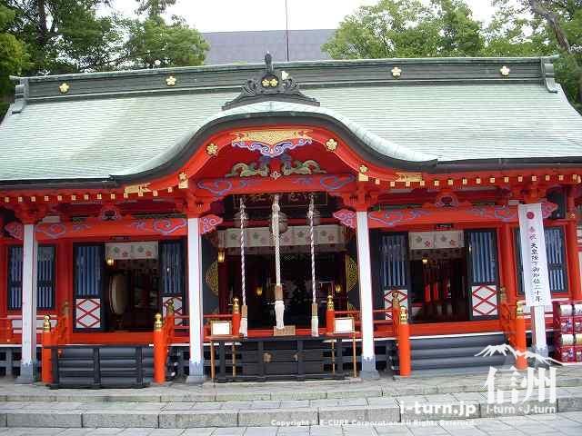 深志神社の本殿を正面から