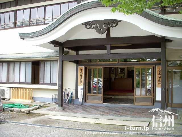 深志神社斎館の玄関