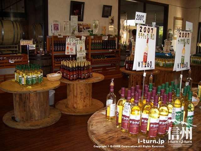 山辺ワイナリーの売店、ワインが陳列
