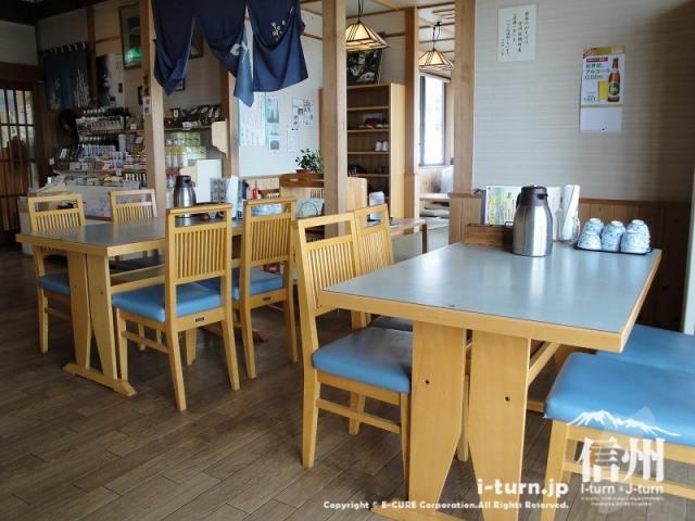 飯綱町よこ亭の店内は椅子席と座敷