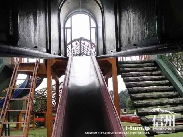 三峰川榛原河川公園 トンネル調すべり台