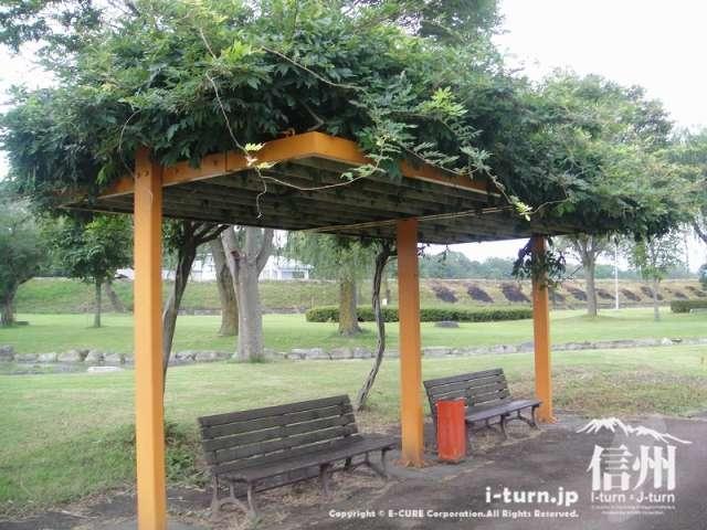 三峰川榛原河川公園 パーゴラのある休憩スペース