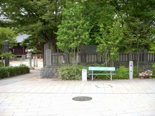 女鳥羽川沿いの入口のベンチと灰皿