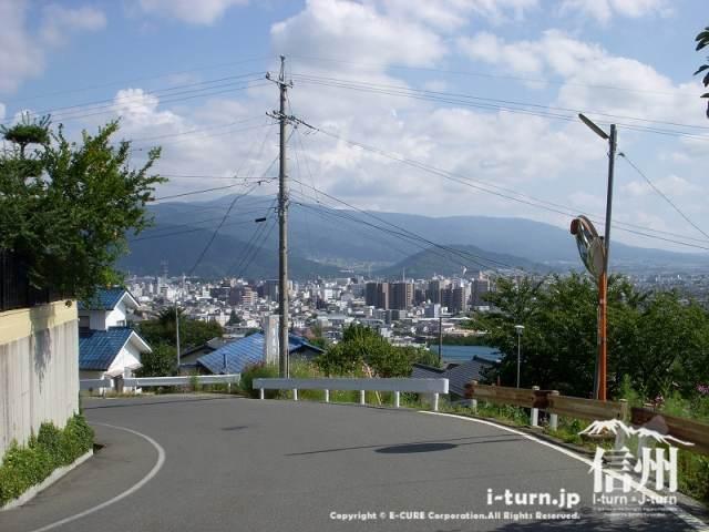 振り返ると松本の町を見下ろせます。