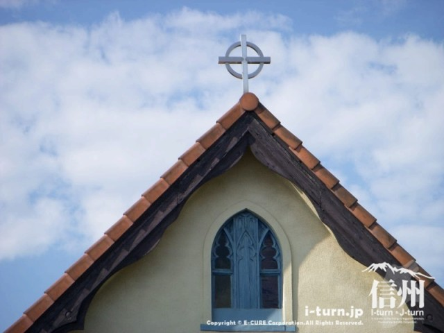 教会の屋根には十字架