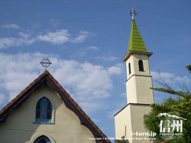 鐘と礼拝堂が青空に映えます