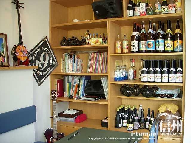 正祥の棚には沖縄の酒がどっさり