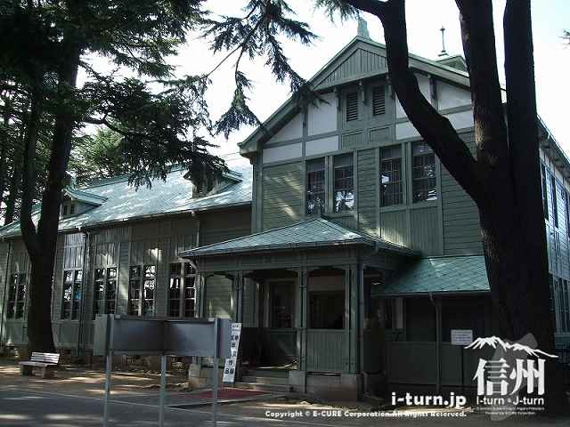 旧制松本高校の講堂 杉並木の方から