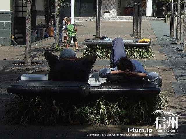 花時計公園 ベンチで昼寝するおっちゃん二人