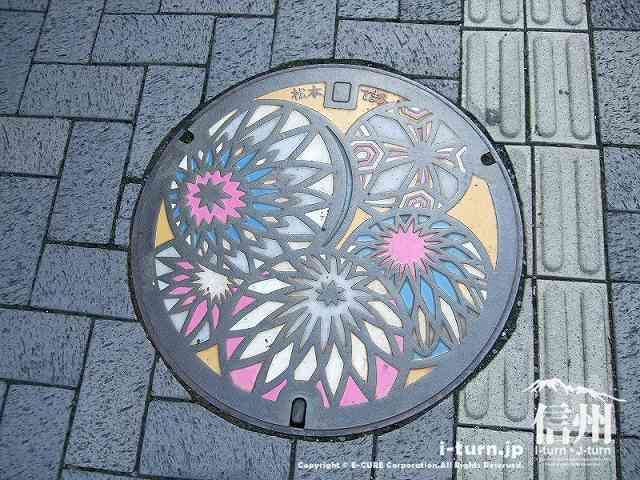 松本市オリジナルマンホールは手まり模様