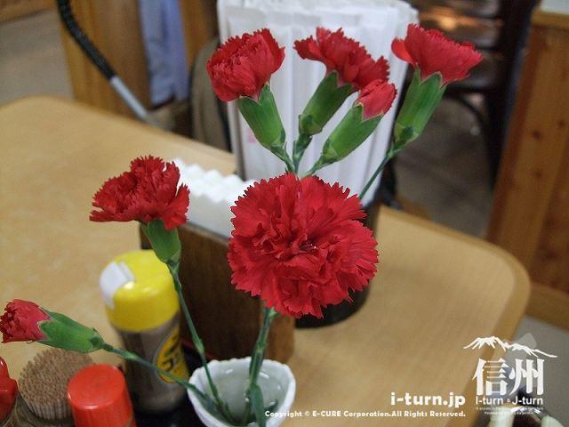 テーブルには生花が飾られています