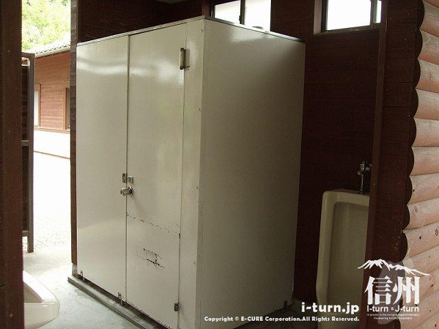 男子トイレは出入り口のドアがない