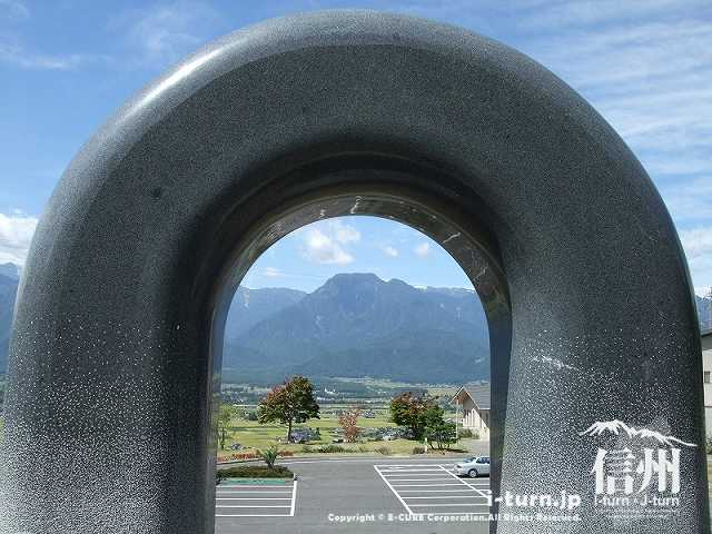 石碑越しに有明山が見える