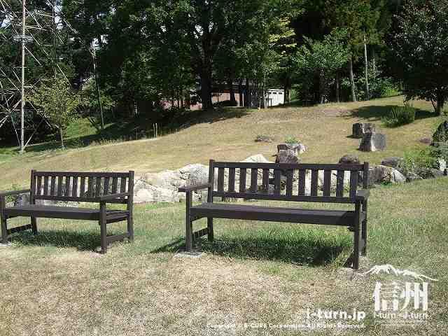 クラフトパーク 二つ並んだベンチ