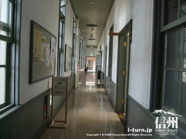 1F入口側から見た復元校長室がある方の廊下