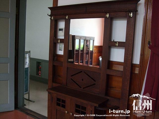 旧制松本高校の復元校長室にある鏡台?