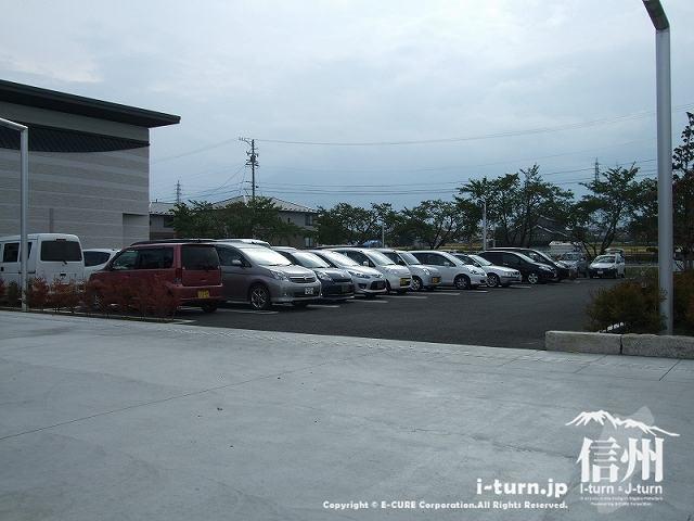 穂高交流学習センターみらいの駐車場
