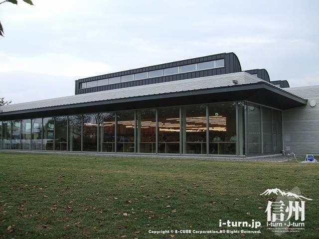 図書館のブラウジングコーナーを外から見たところ