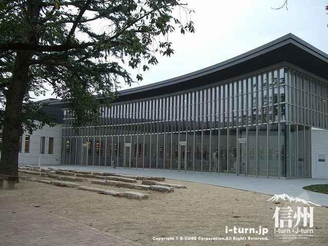 穂高交流学習センターみらい エントランスホールの外観