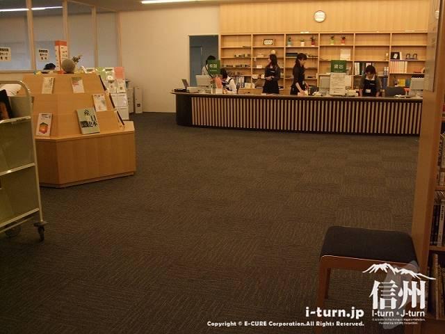 安曇野市中央図書館 カウンター