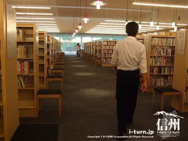 安曇野市中央図書館 一般図書コーナー