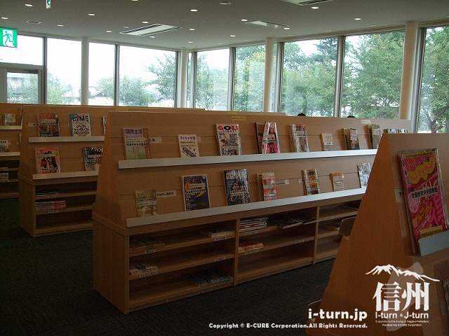 安曇野市中央図書館 雑誌コーナー
