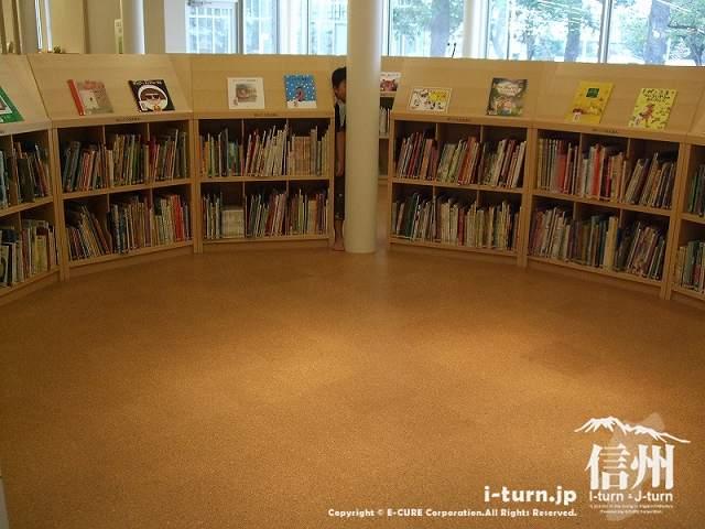安曇野市中央図書館 こどもとしょかんはサークル状の書棚
