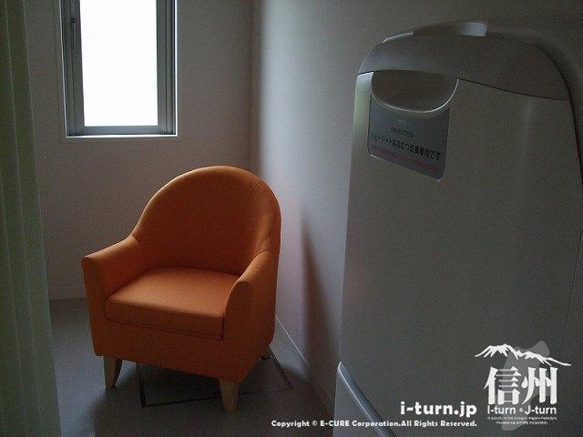 こどもとしょかん内の授乳室 オムツ替えシートと授乳用イス